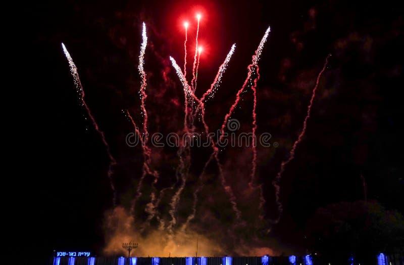 """Förbluffa färgrika fyrverkerier på självständighetsdagen ovanför stadshus av öl-Sheva På vänstra sidan som är skriftlig \ """"öl-She royaltyfria bilder"""