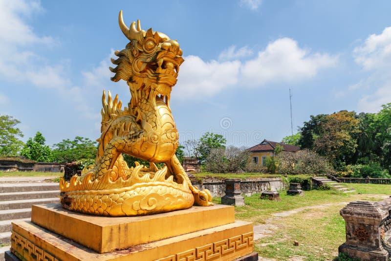 Förbluffa förgylld skulptur av draken i ton, Vietnam arkivbild