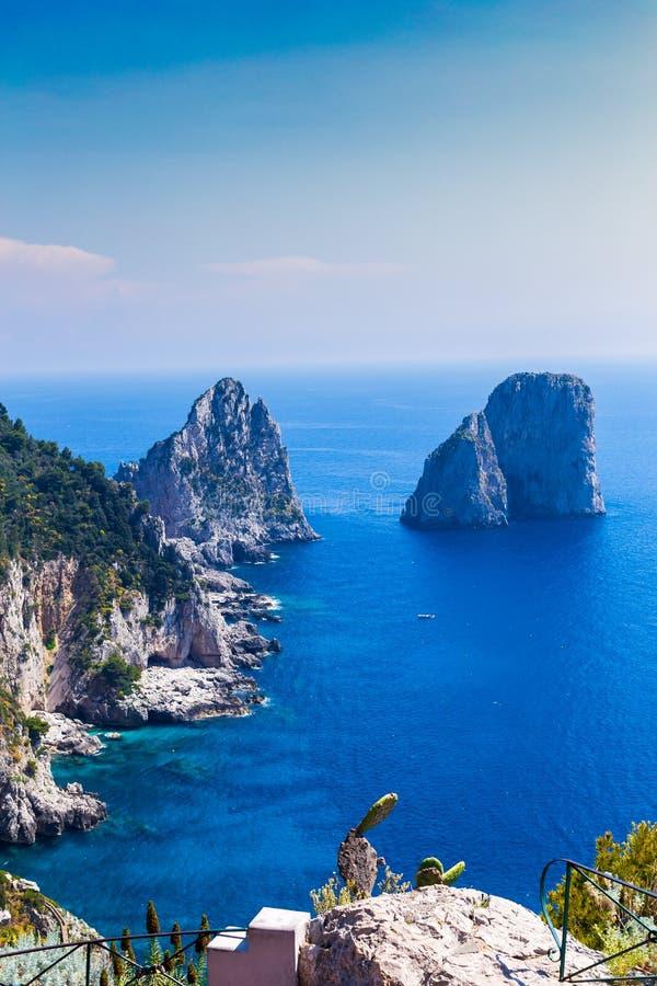 Förbluffa Faraglioni klippapanorama med det majestätiska Tyrrhenian havet i bakgrund, Capri ö, Campaniaregion, Italien arkivfoto
