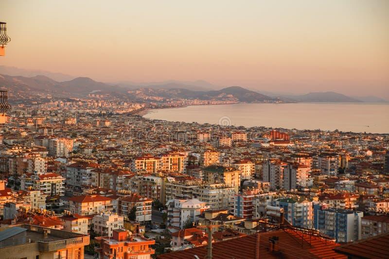 Förbluffa flyg- sikt av Alanya, Turkiet Solnedgången tänder royaltyfri foto