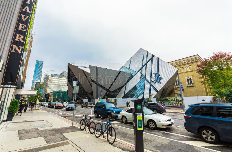 Förbluffa fragmentet av sikten, unikt arkitektoniskt Toronto kungligt Ontario museum i ner stadområde med folk som går i bakgrund royaltyfria bilder