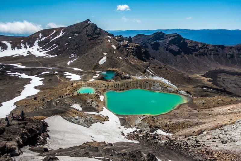 Förbluffa gröna sjöar nära vulkan royaltyfria foton