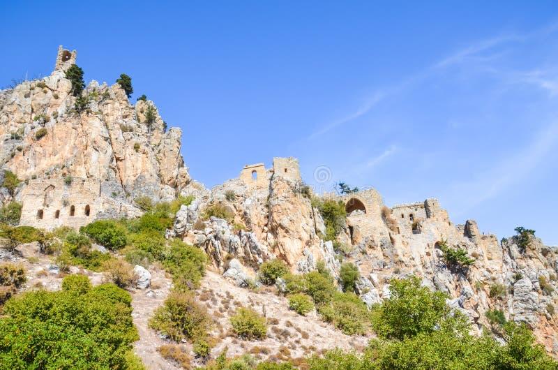 Förbluffa helgonet Hilarion Castle i den Kyrenia regionen, nordliga Cypern som tas med blå himmel över Lokaliserat på den Kyrenia arkivbilder