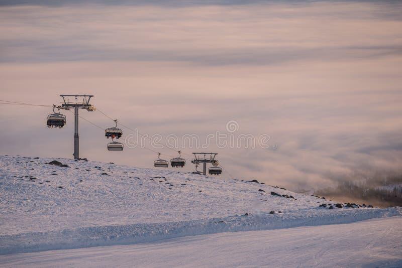 Förbluffa himmel och berg lite varstans Skidåkning-/snowboardingsemesterort Hisnande sikt royaltyfria bilder