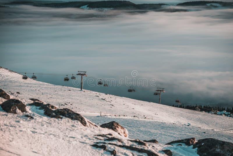 Förbluffa himmel och berg lite varstans Skidåkning-/snowboardingsemesterort Hisnande sikt royaltyfria foton