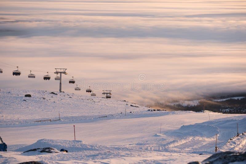 Förbluffa himmel och berg lite varstans Skidåkning-/snowboardingsemesterort Hisnande sikt arkivfoton
