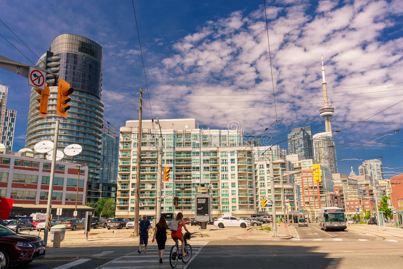 Förbluffa inviterande sikt av Toronto ner stadområde med moderna stilfulla byggnader, bilar buss och folk som går till och med ga royaltyfri bild