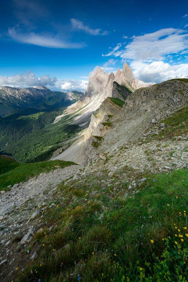 Förbluffa landskapsikt av det gröna berget med blå himmel på sommar från Dolomites, Italien royaltyfria bilder