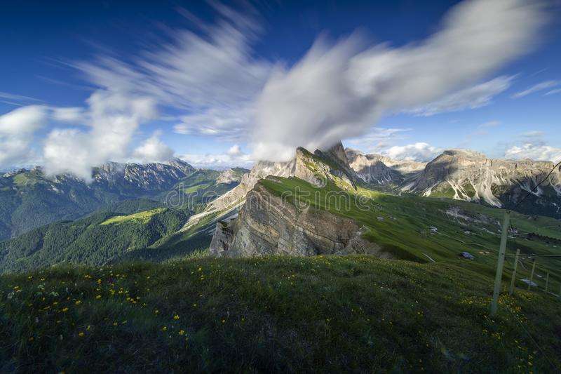 Förbluffa landskapsikt av det gröna berget med blå himmel på sommar från Dolomites, Italien arkivfoto