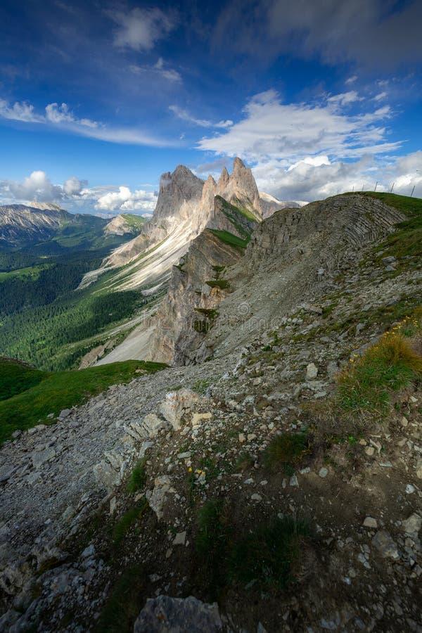 Förbluffa landskapsikt av det gröna berget med blå himmel på sommar från Dolomites, Italien fotografering för bildbyråer