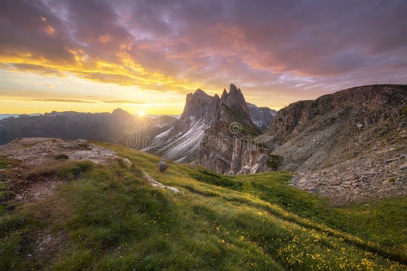 Förbluffa landskapsikt av det gröna berget med guld- himmel på soluppgångmorgon från Dolomites, Italien royaltyfri fotografi