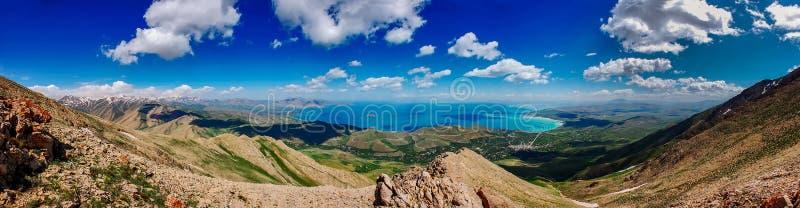 Förbluffa landspacesikt av Van Lake från överkant av det Artos bergmaximumet, skåpbil, Turkiet arkivbild