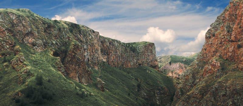 Förbluffa magisk sikt av berg in i sommar Norr Kaukasus, Ryssland arkivbilder