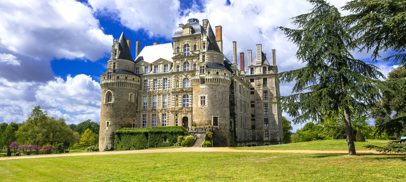 Förbluffa medeltida slottar av Frankrike - Chateau de Brissac royaltyfri fotografi