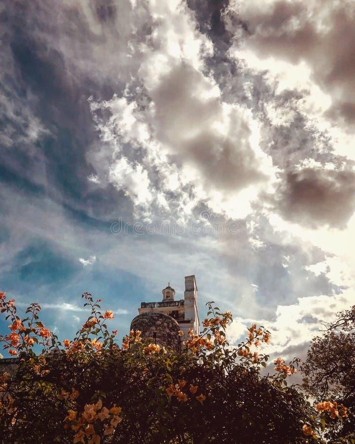 Förbluffa moln över en kyrka i Merida, Mexico - MERIDA - YUCATANEN arkivfoton