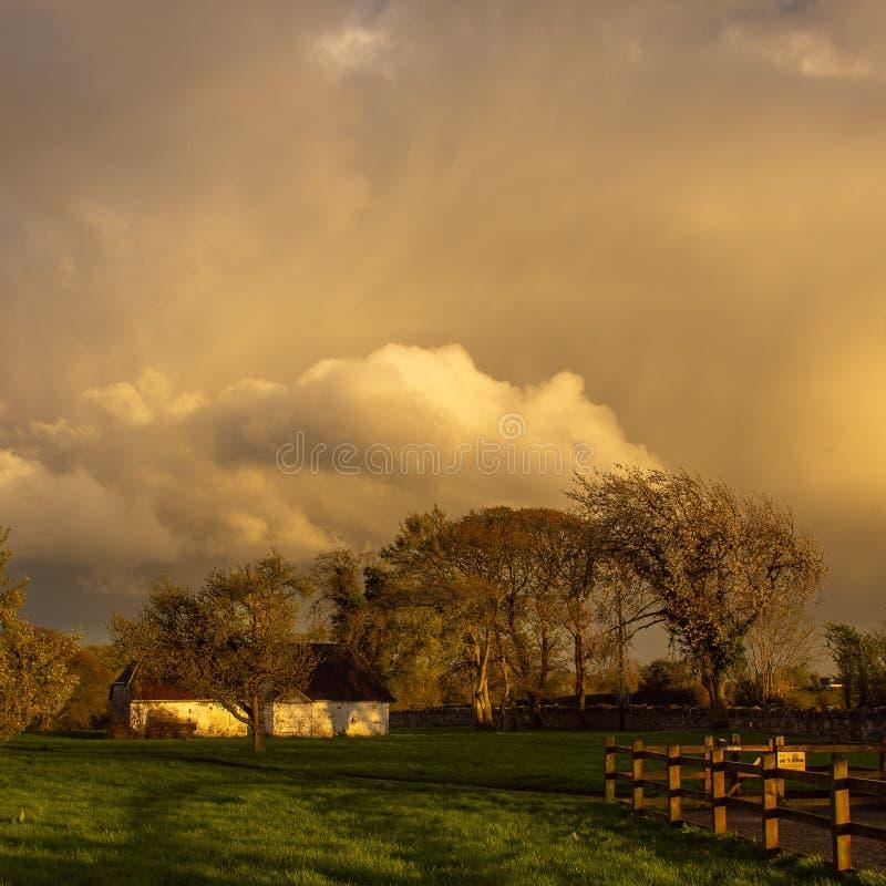 Förbluffa moln och ljus fotografering för bildbyråer