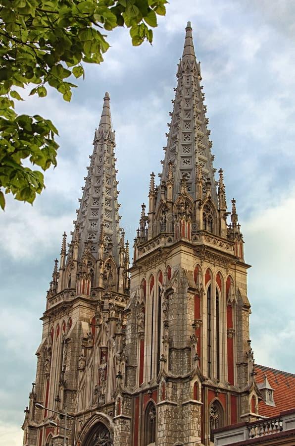Förbluffa morgonsikten av helgonet Nicholas Roman Catholic Cathedral House av organmusik Två gotiska torn mot molnig himmel royaltyfri fotografi