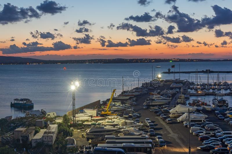 Förbluffa nattpanorama av port av Sozopol, Burgas region, Bulgarien royaltyfri bild