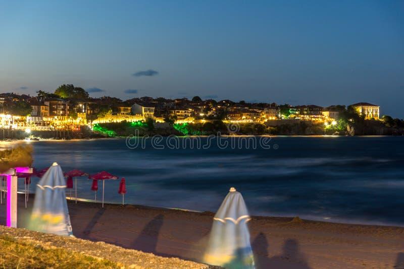 Förbluffa nattpanorama av stranden och den gamla staden av Sozopol, Burgas region, Bulgarien fotografering för bildbyråer