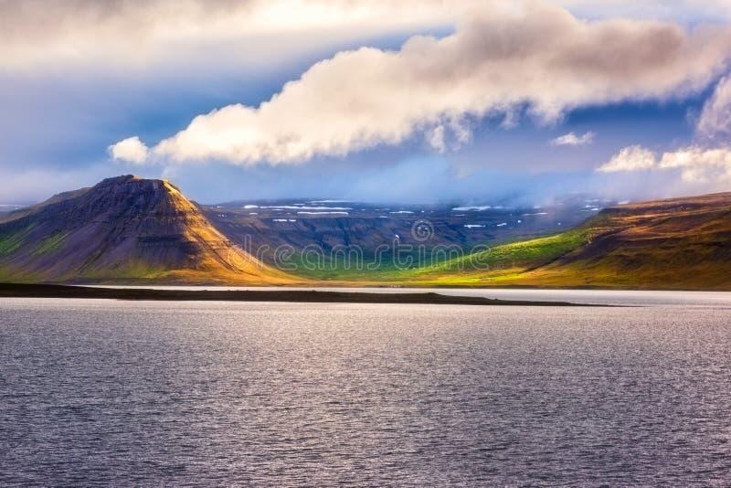 Förbluffa naturen, sceniskt dagtidlandskap med vatten, vulkaniska berg och molnig himmel, Island Utomhus- lopp arkivfoton