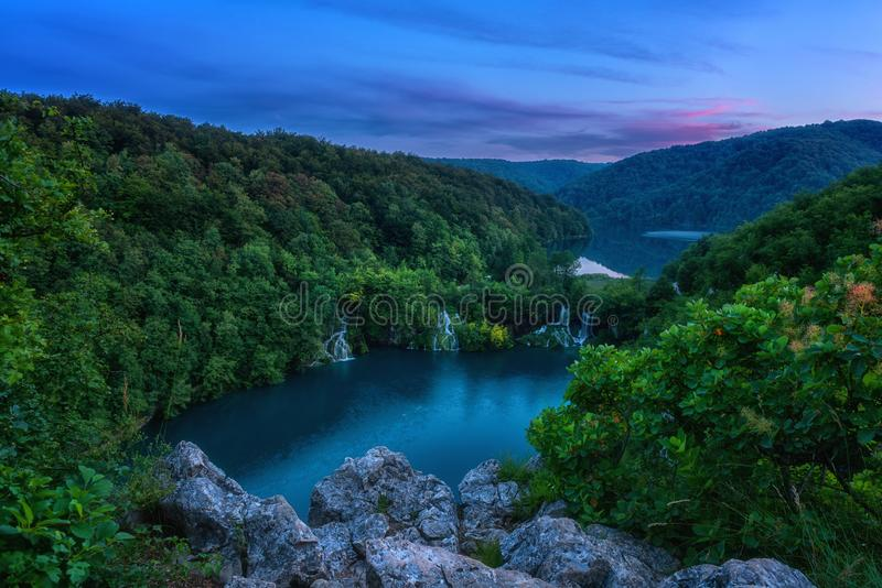 Förbluffa naturlandskap, scenisk nattsikt av vattenfall, sjöar och skogen, Plitvice sjönationalpark, Kroatien royaltyfria foton