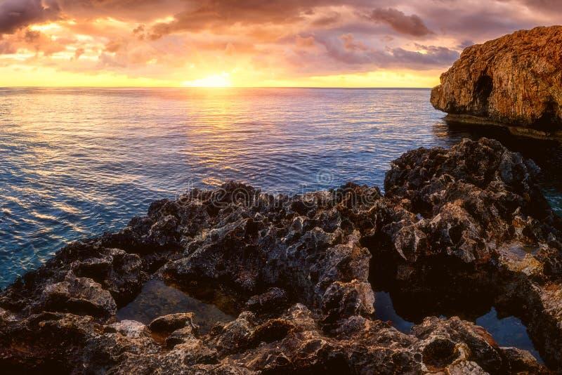 Förbluffa naturseascape, soluppgång på Cavoen Greko, Ayia Napa, Cypern arkivfoto