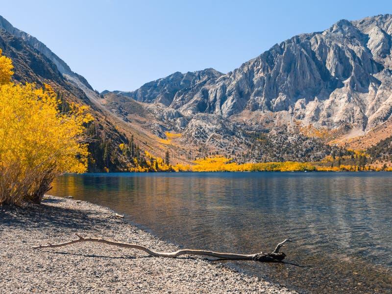 Förbluffa nedgångfärger i den östliga toppiga bergskedjan berg royaltyfria bilder