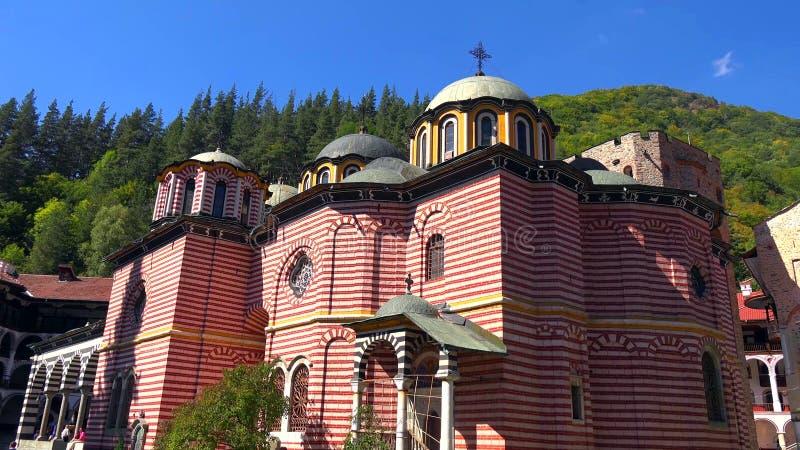 Förbluffa panorama av gröna kullar, Rila sjöar och den Rila kloster, Bulgarien royaltyfria foton