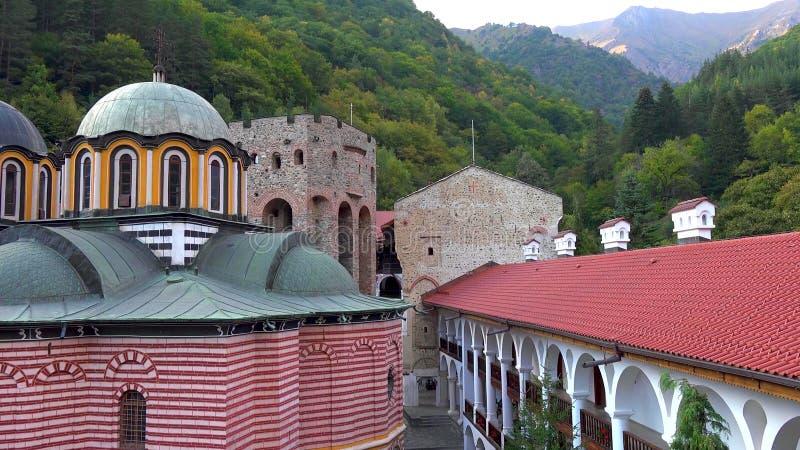 Förbluffa panorama av gröna kullar, Rila sjöar och den Rila kloster, Bulgarien arkivbilder