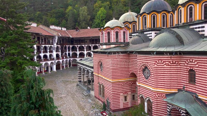 Förbluffa panorama av gröna kullar, Rila sjöar och den Rila kloster, Bulgarien arkivbild