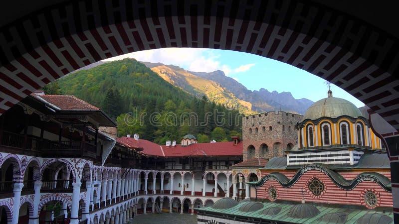 Förbluffa panorama av gröna kullar, Rila sjöar och den Rila kloster, Bulgarien arkivfoton