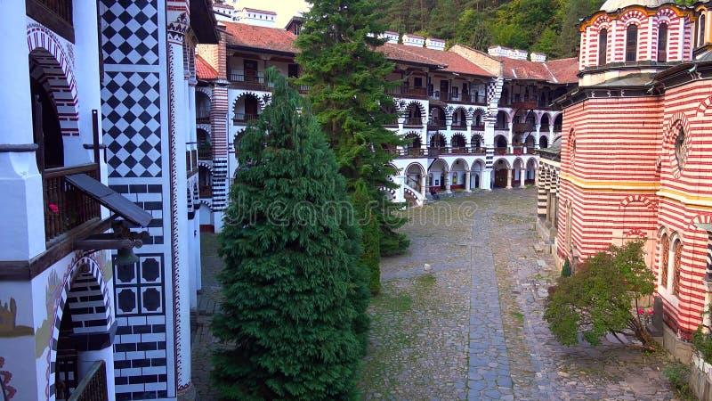 Förbluffa panorama av gröna kullar, Rila sjöar och den Rila kloster, Bulgarien fotografering för bildbyråer