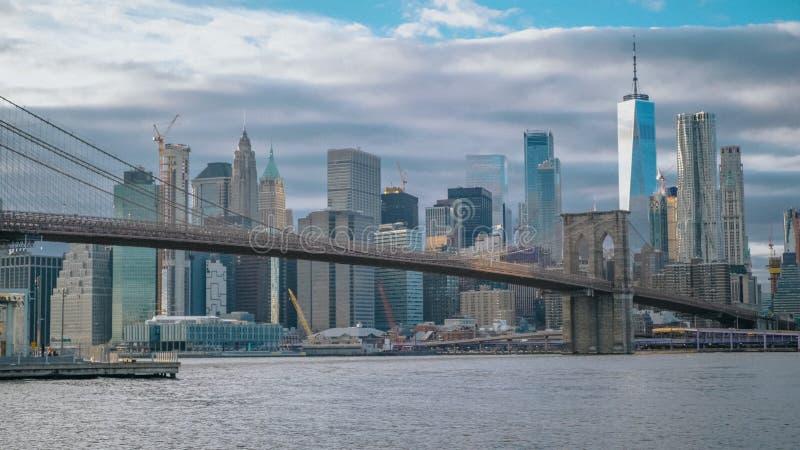Förbluffa sikt över horisonten av Manhattan med den Brooklyn bron royaltyfri bild