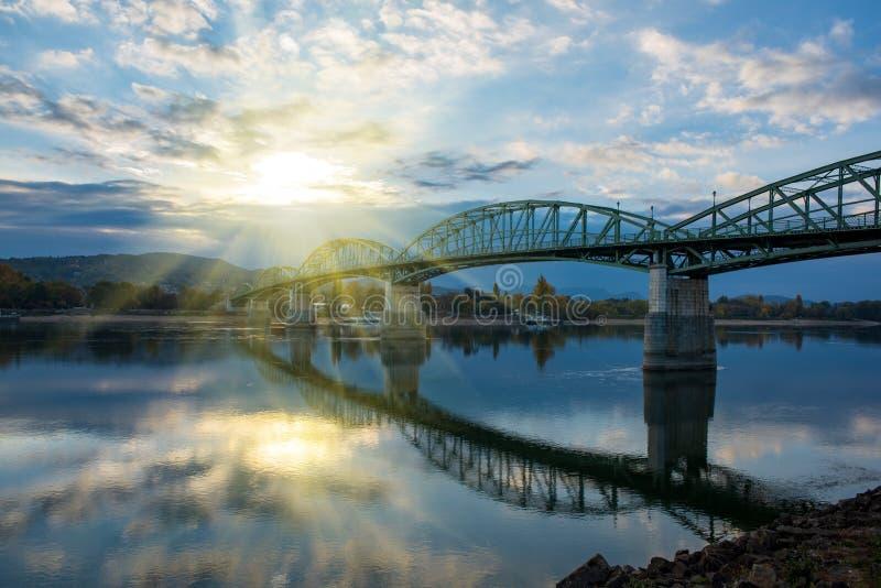 Förbluffa sikt av den Maria Valeria bron med reflexion i Danube River, Esztergom, Ungern på soluppgång arkivbild