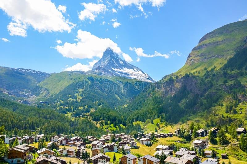 Förbluffa sikt av den Zermatt byn, Schweiz Berömt berg Matterhorn i bakgrund med snö överst Härlig schweizisk natur arkivbilder
