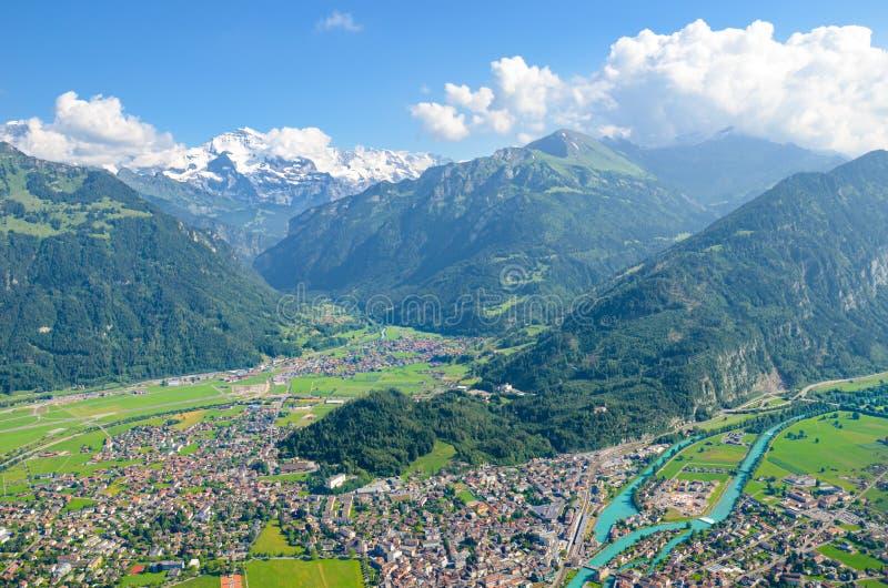 Förbluffa sikt av Interlaken och närgränsande berg som uppifrån fotograferas av mer hårda Kulm, Schweiz schweiziska alps h?rligt arkivfoto