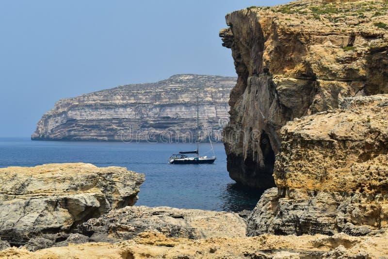 F?rbluffa sikt av klippor i Malta, Gozo royaltyfria bilder