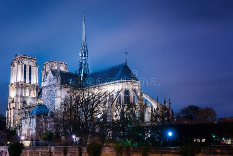 förbluffa sikt av Notre Dame efter solnedgång, Paris, Frankrike royaltyfri foto