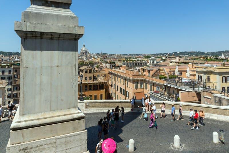 Förbluffa sikt av spanska moment, den Sallustian obelisken och Piazza di Spagna i stad av Rome, Italien arkivfoton