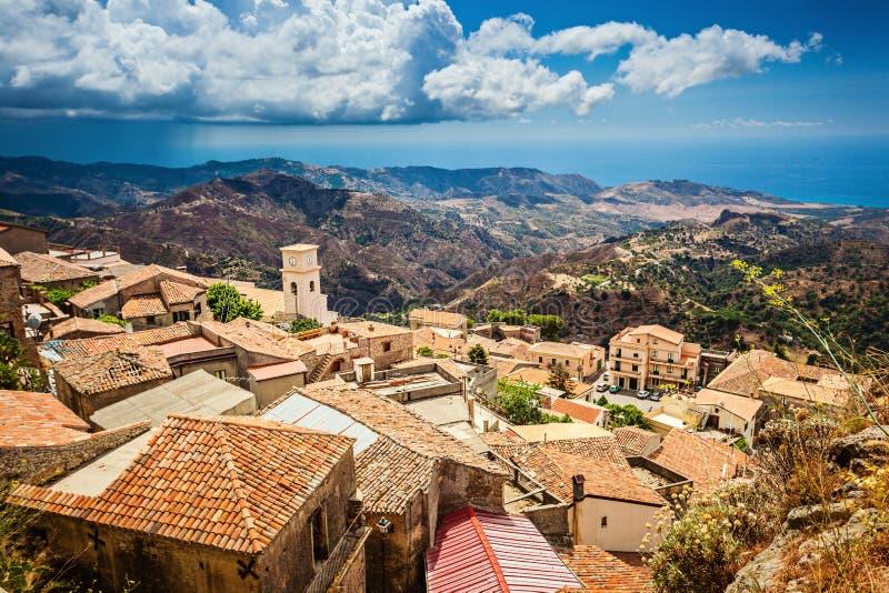 Förbluffa sikt på medelhavet från antik stad för Bova superiore i Calabria arkivbilder