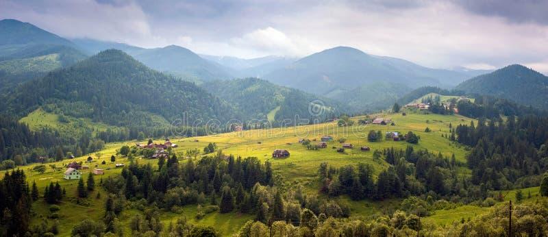Förbluffa sikten av Dzembronya för bergby den dimmiga morgonen i bergen i sommar royaltyfri fotografi