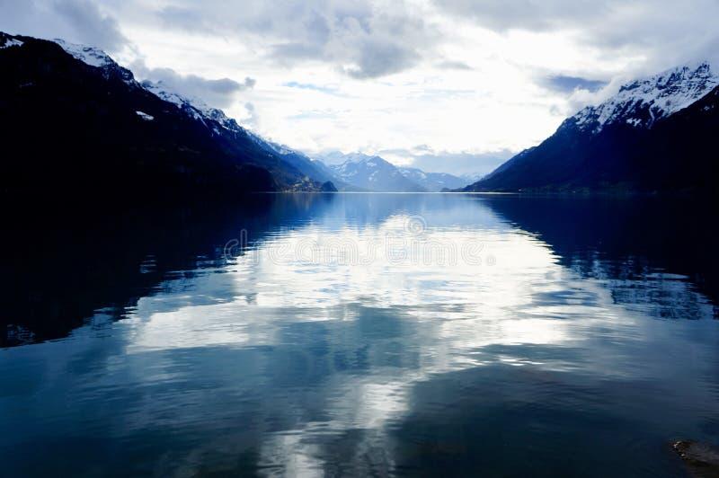 Förbluffa sikten av sjön Brienz, Schweiz fotografering för bildbyråer