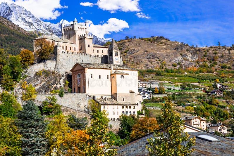 Förbluffa slottar av Valle d& x27; Aosta- Saint Pierre, nordliga Italien fotografering för bildbyråer