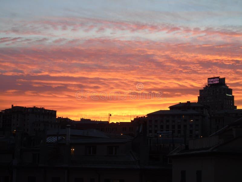 Förbluffa solnedgång och drammatic himmel över staden av Genova royaltyfri foto