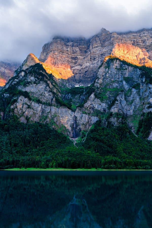 Förbluffa solnedgång på fählenseen i Schweiz Härlig reflexion på sjön arkivfoton