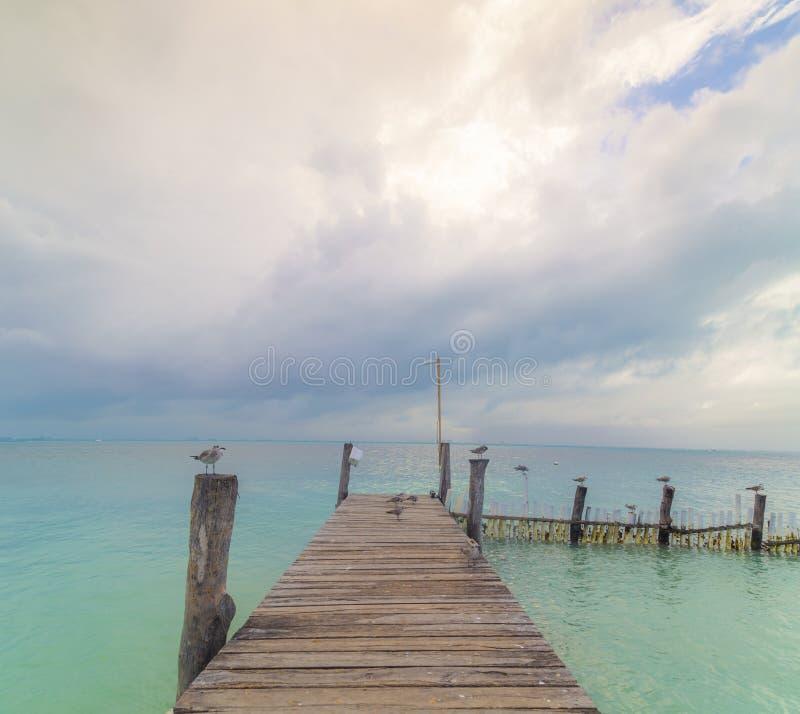 Förbluffa solnedgång på pir av Isla Mujeres, Cancun, Quintana Roo Mexico royaltyfri foto