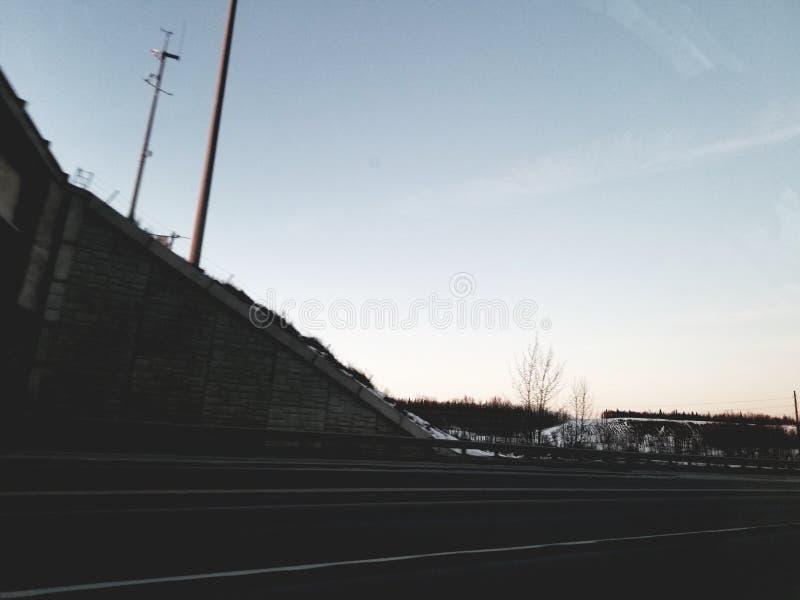 Förbluffa solnedgångbrofotoet i alaska royaltyfria foton
