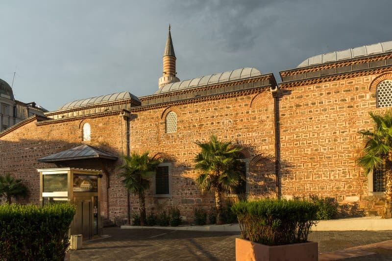 Förbluffa solnedgångsikt av den Dzhumaya moskén i stad av Plovdiv, Bulgarien royaltyfria bilder