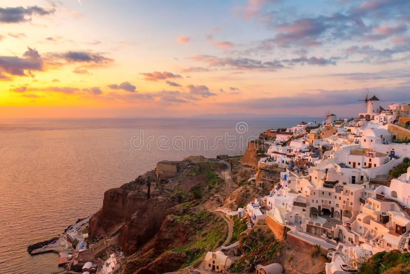 F?rbluffa solnedg?ngsikt av traditionella vita hus i den Oia byn p? den Santorini ?n, Grekland royaltyfri bild