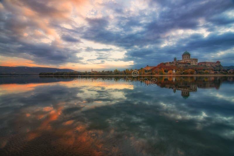 Förbluffa soluppgångsikt över Danube River, härliga reflexioner av morgonmoln som avspeglas i vatten, Esztergom, Ungern royaltyfria bilder